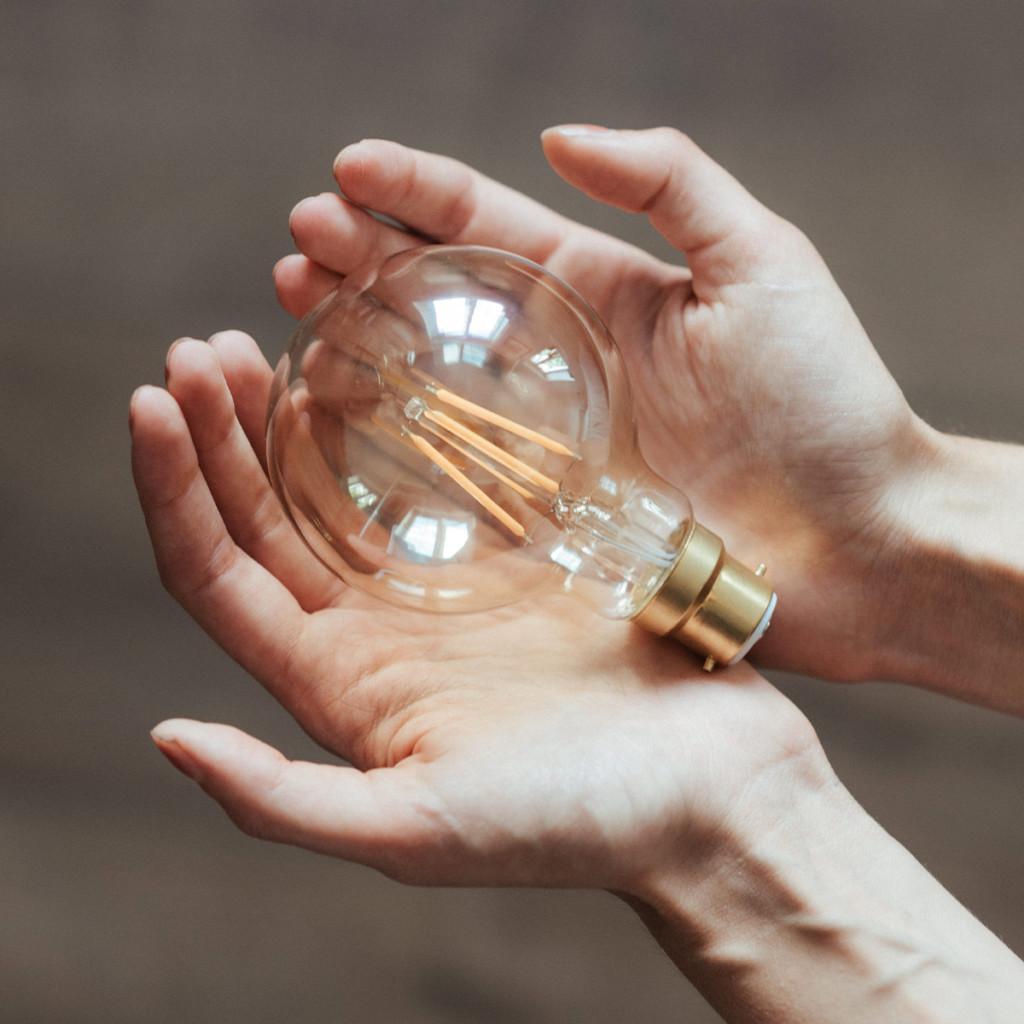 Raksystems glödlampa i händer