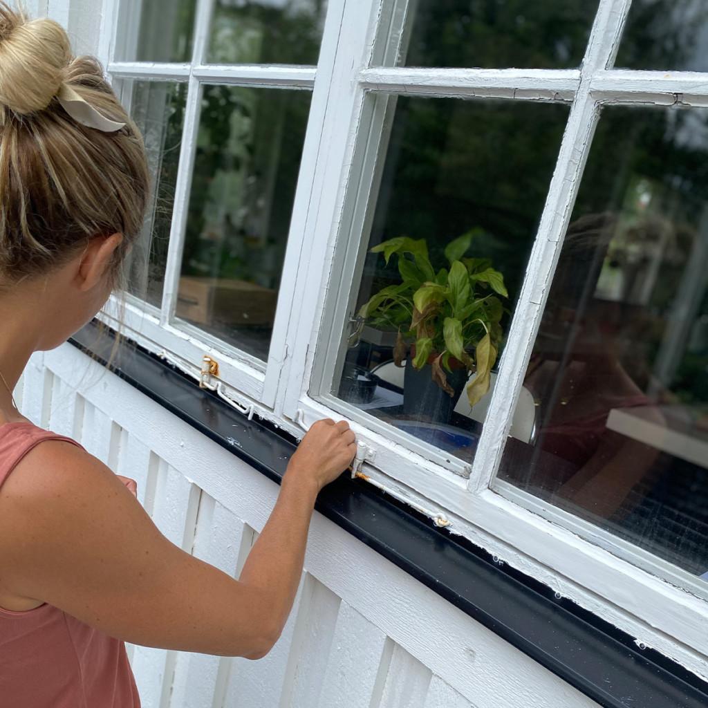 Raksystems kvinna inspekterar fönster